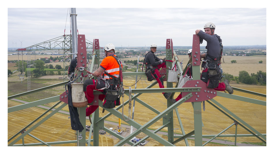 workers mounting pylon // photo and copyright by manfred h. vogel / mhvogel.de