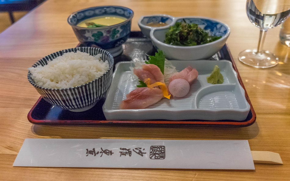 Von links oben nach rechts unten: Chawan Mushi, Wakame Salat mit Sesam-Dressing, Reis, Kingfish Sashimi mit Wasabi.