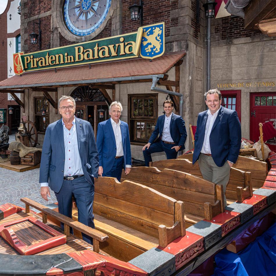 """Die geschäftsführenden Gesellschafter des Europa-Park Roland, Jürgen, Thomas und Michael Mack (v.li.) in einem Boot der Attraktion """"Piraten in Batavia"""", die am 30. Juli wiedereröffnet wird"""