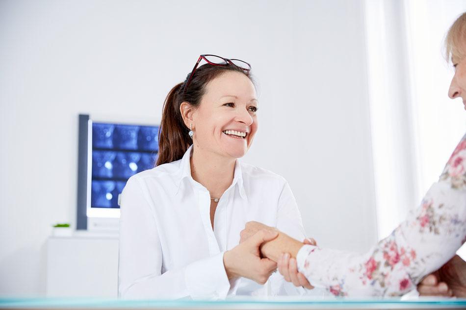 OÄ Dr. Irena Krusche-Mandl bei der Behandlung einer Patientin