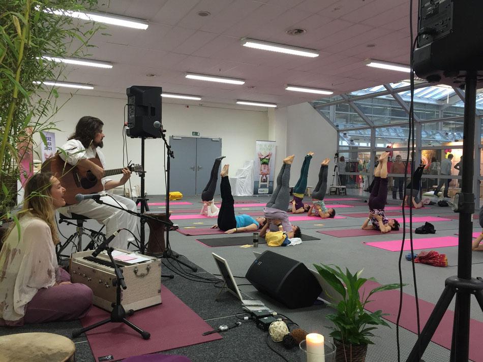Mitgestaltung der Mantra Yoga Stunde: Yoga - World Messe in München offizelle Yoga Vidya Vorführstunde