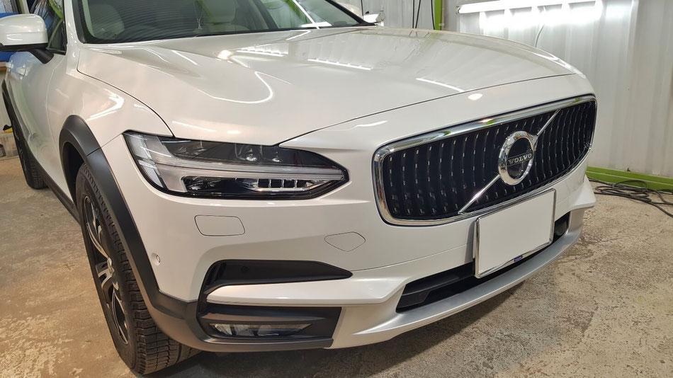 V90のガラスコーティング施工 新車の艶 白い車の光沢 埼玉の車磨き専門店