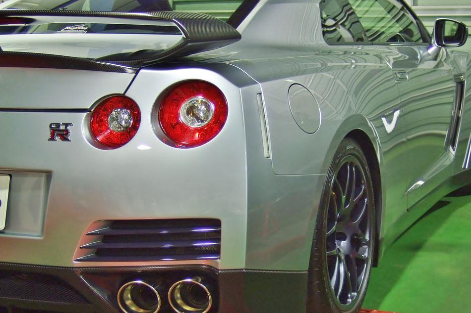 磨きで光沢が増したR35GT‐Rのボディ マフラー・テールランプも綺麗