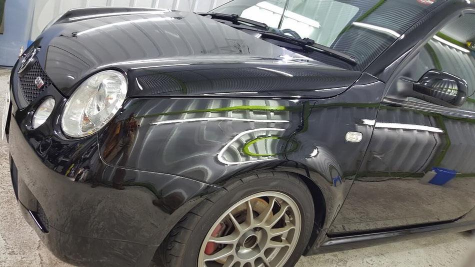 ルポGTIのコーティングメンテナンス後のフェンダーの艶 塗装に深みが出た ツルツルの黒いボディ