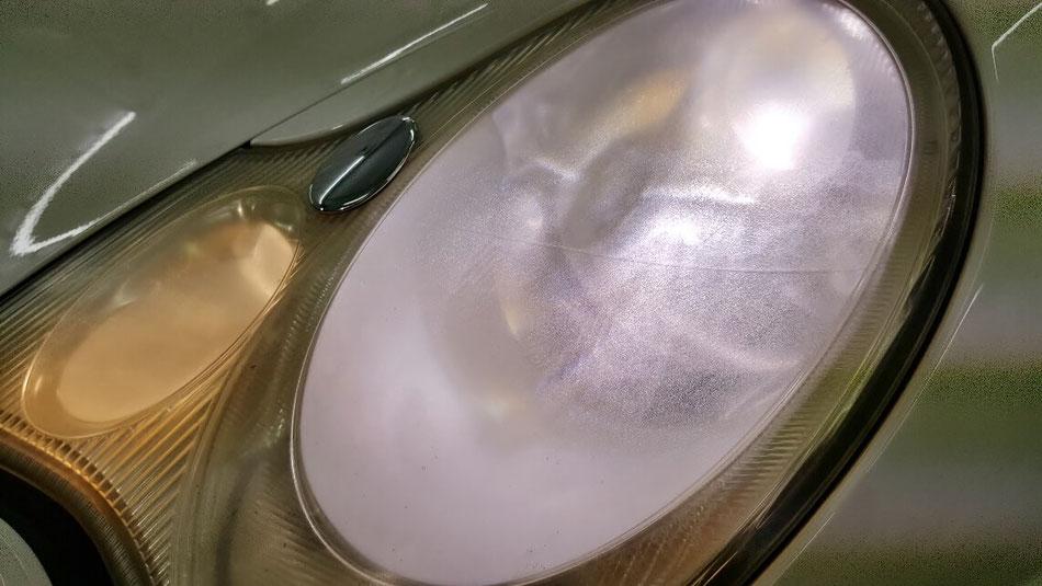 ポルシェ996のライトのひび・曇り・黄ばみ汚れ ヘッドライトが汚い996