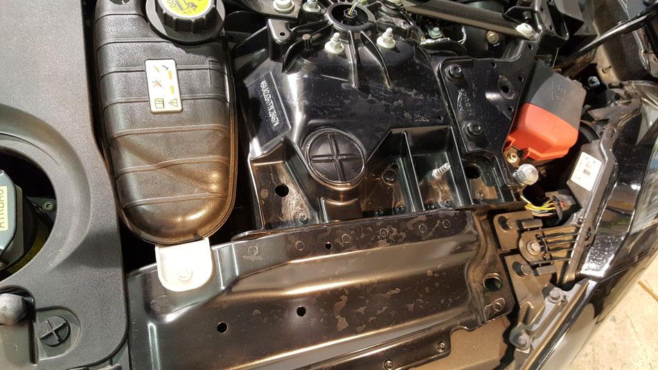 ジャガーFタイプRのエンジンルームの汚れ