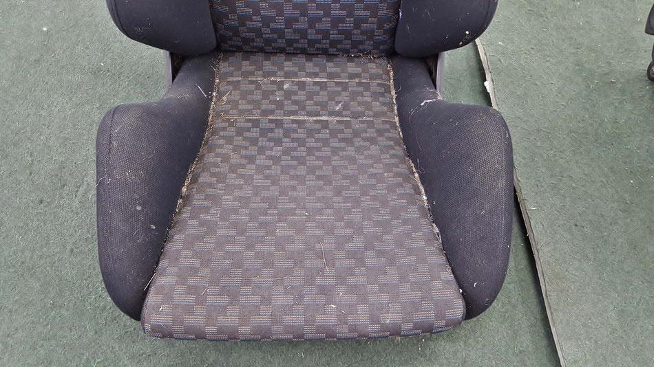 レカロSR‐3の汚れ 座面に土埃・ねずみの糞