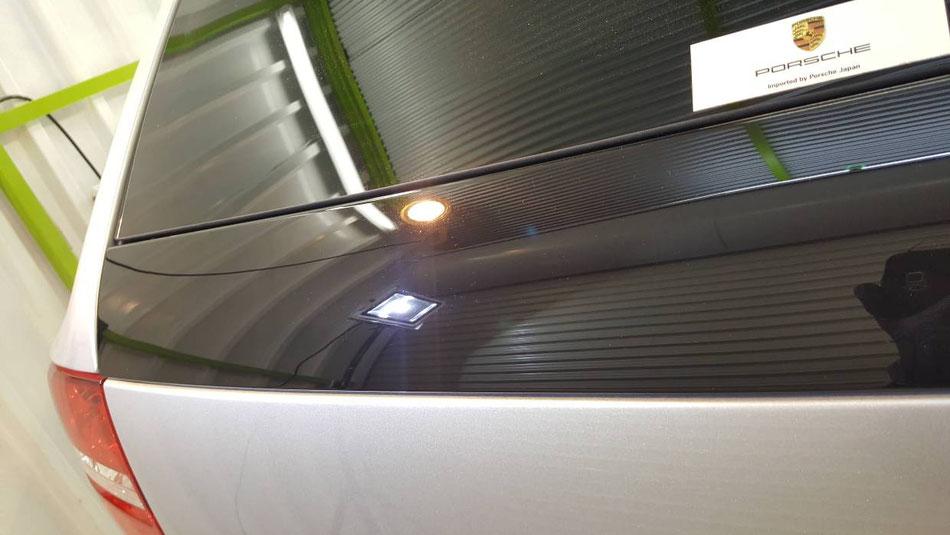 カイエン・ターボのリアゲートの磨き・コーティング後 ピアノブラックのピラーの傷改善