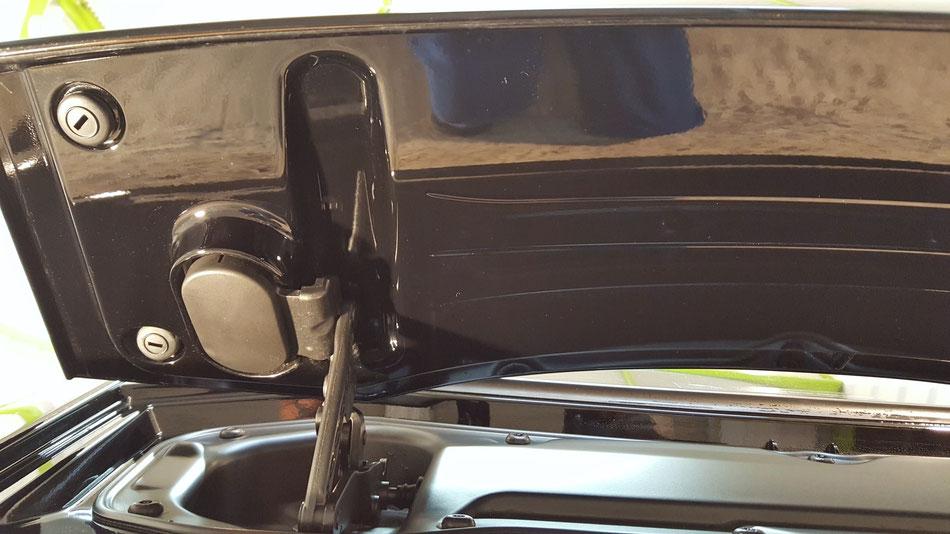 リアウイングのウォータースポット除去 ジャガーFタイプR黒のコーティング前の下地処理