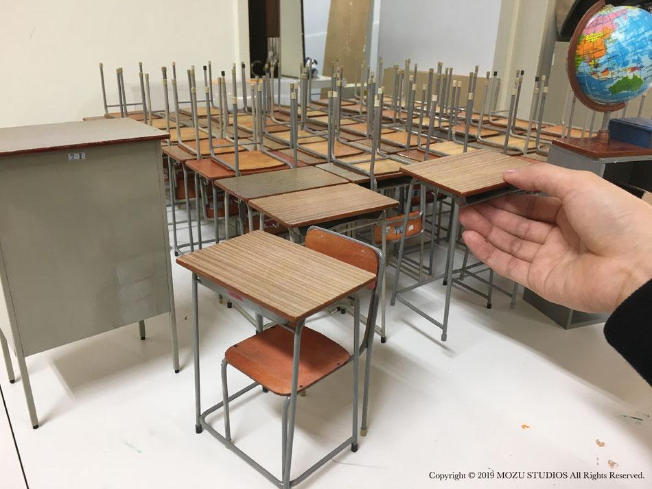 ミニチュアの机と椅子
