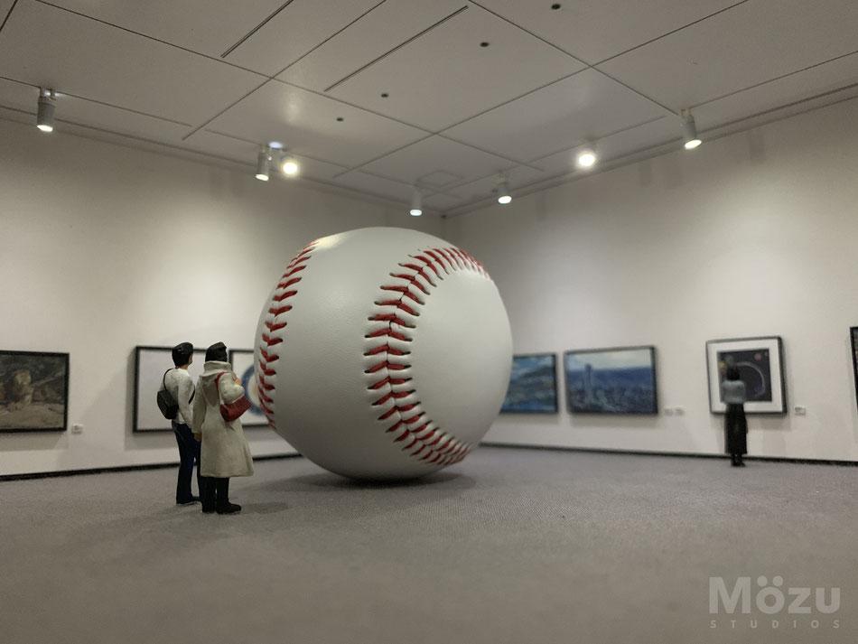 ミニチュア美術館と本物の野球ボール