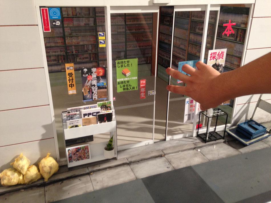 コマ撮りアニメ用のミニチュアセットに手を入れる