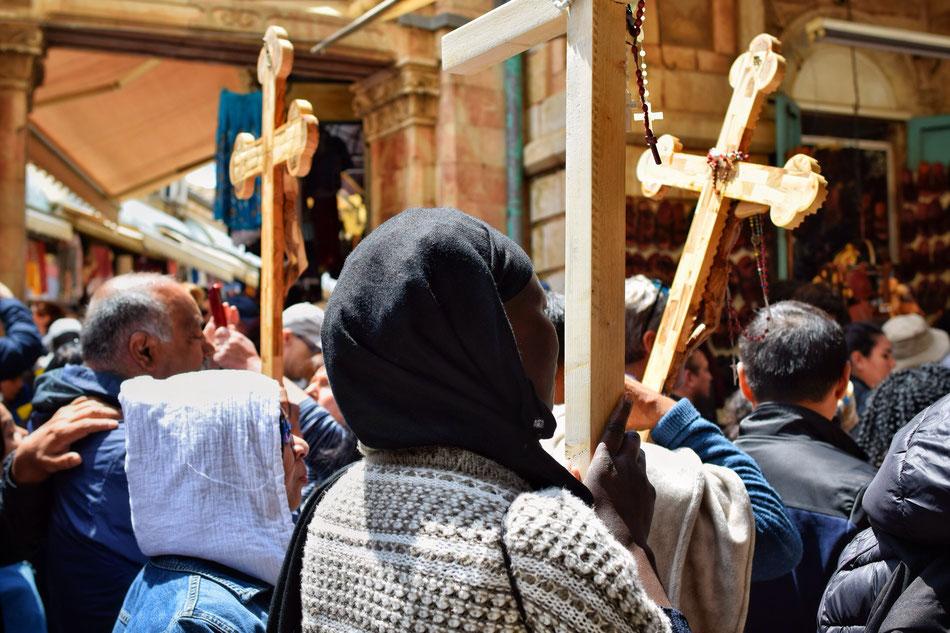 Via Dolorosa, pèlerins suivant le chemins de croix.