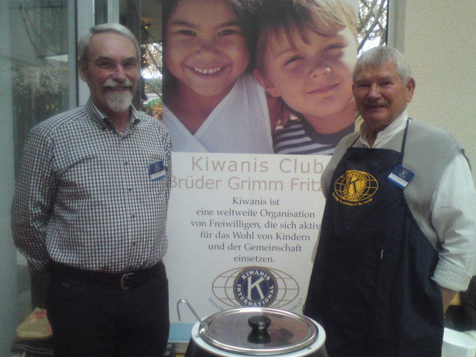 Advent in den Höfen 2015: Hilmar Döring und Frede Gescholowitz am Kiwanisstand
