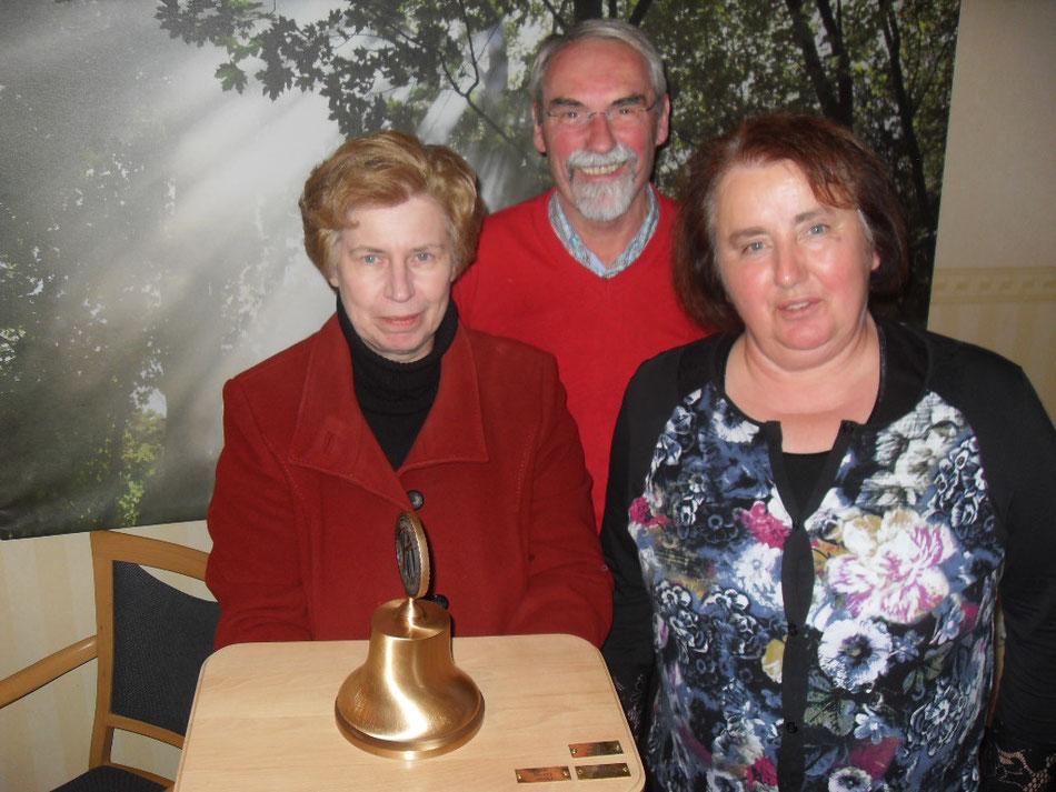 Goldene Glocke 2016 verliehen an Waltraud Menzen (v.L. Glockenträger Waltraud Menzen, Hilmar Döring und Annegret Göbel-Weß