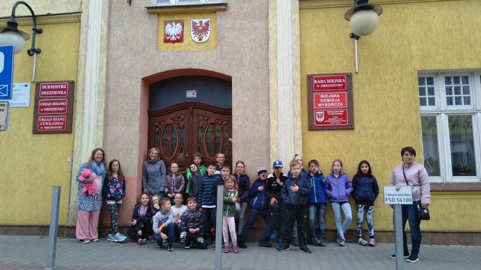 ...und am Ende des Tages einen Spaziergang durch Drezdenko und ein Foto vor dem Rathaus...