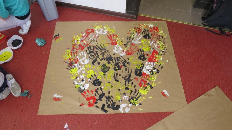 Liebevolle Zusammenarbeit am Montag in der Schule von Drawiny...