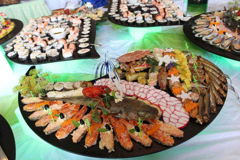 Russische Tafel Hochzeitsessen Fischplatte Hochzeitstorte Eistorte Krebse Sushi Schokobrunnen