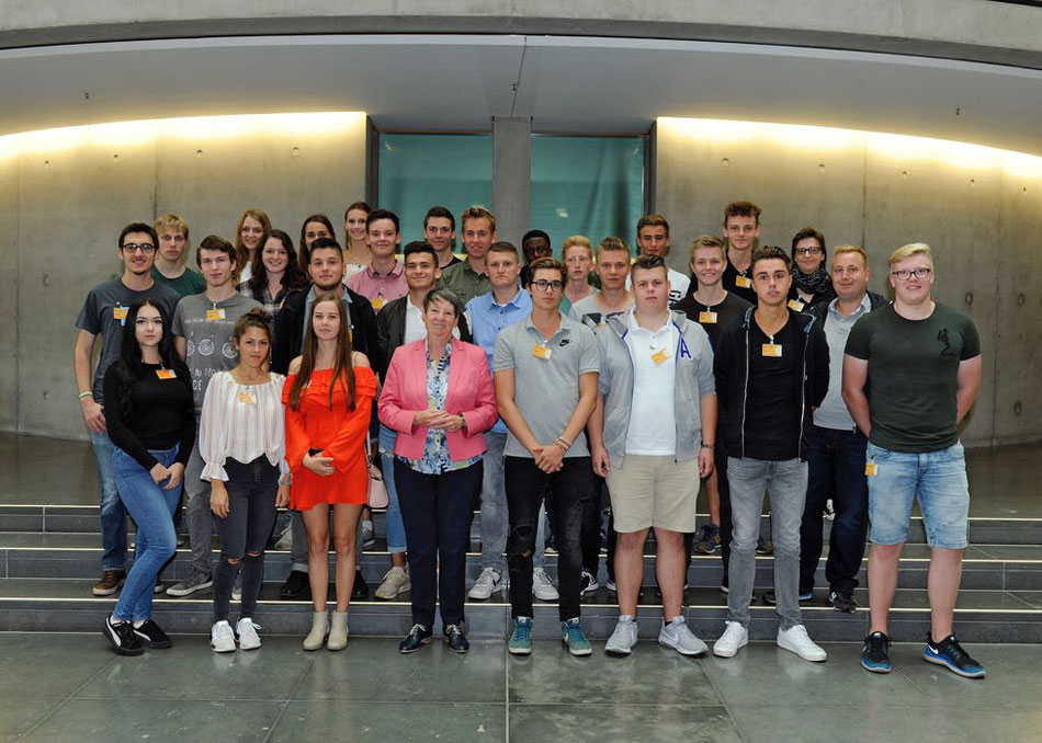 Schülerinnen und Schüler des KvGG mit Barbara Hendricks im Bundestag
