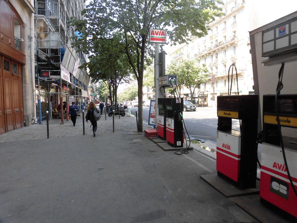 突如歩道にガソリンスタンド。パリのAVIA