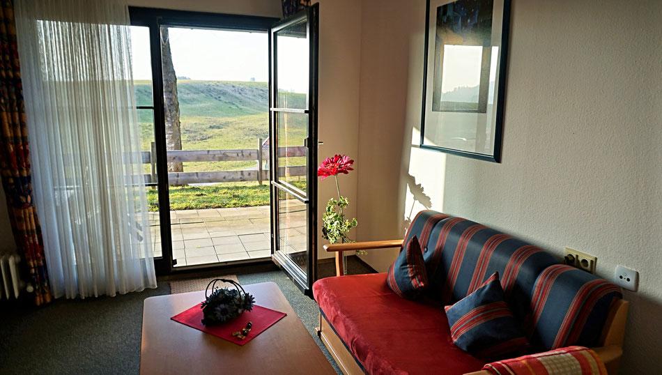 Im wohnzimmer befinden sich die gemütliche couchgarnitur die auch für einen fünften gast ausgeklappt werden kann und die wohnwand mit flachbild tv und