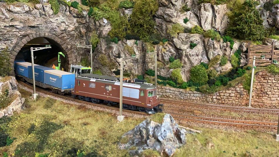 """H0 Modell Eisenbahn Anlage, BLS Re 425 """"Thun"""" mit Rexwal-Güterwagen"""