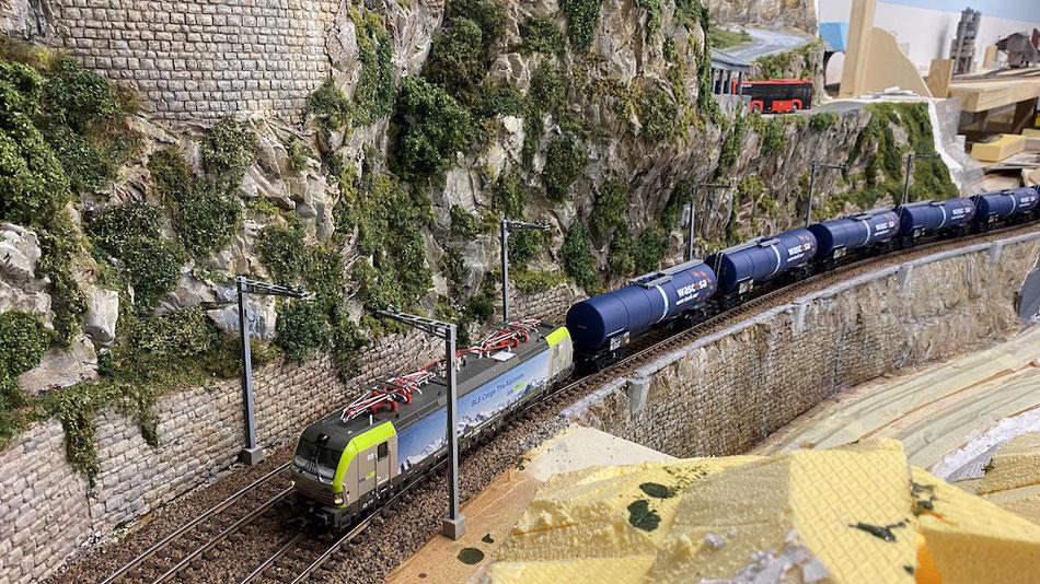 BLS 475 404 (Piko) befördert einen Kesselwagen-Zug auf die Bergstrecke