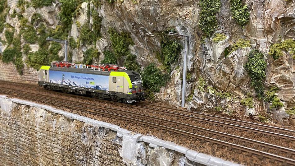 """Der """"Steg"""" entlang der Schienen muss noch fertig bearbeitet werden (Büsche, Geländer etc.)"""