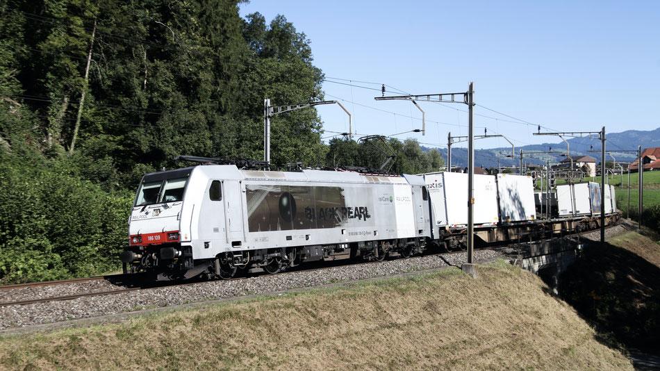 """BR 186 """"Black Pearl"""" von Railcare bei Rotkreuz"""
