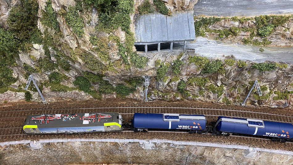 Modelleisenbahn Strecke Schienen Einschottern BLS Cargo Kesselwagen