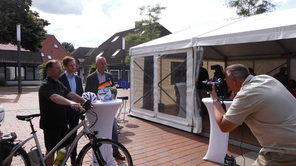 Thomas mit Bürgermeister, einem Vertreter von avacom (ja auch unser Sponsor) und dem Flyer