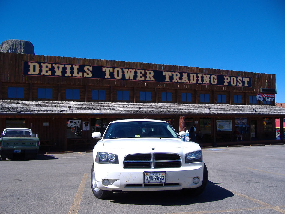 Bild: White Lady vor der Devils Tower Trading Post. Dodge Charger