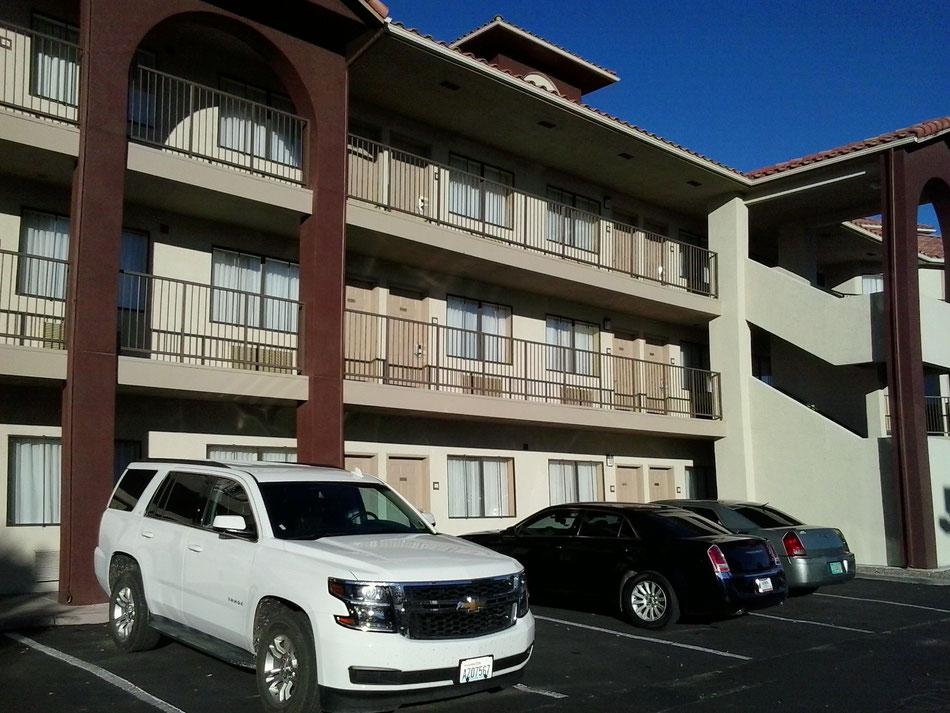 Bild:  Mister T. und der weiße Büffel, Cevy Tahoe, Chrysler 300, Hotel, Route 66, HDW USA, Road Trip, America