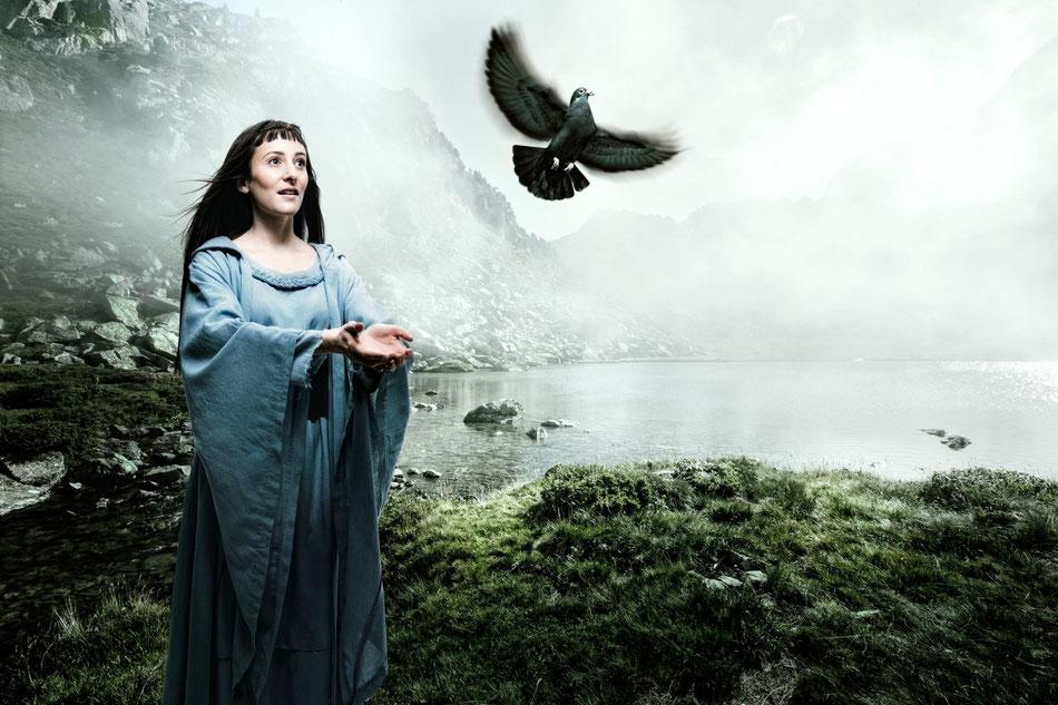 dunkelhaarige junge Frau mit Vogel vor Fjordlandschaft