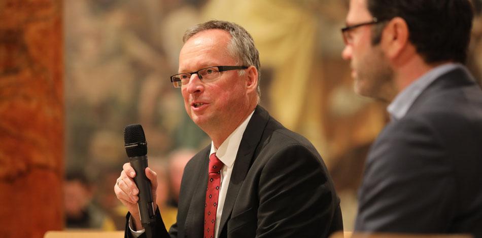 Im Mittelpunkt: Ihre Botschaft, Ihre Gäste, Ihr Event. Hier Dirigent Prof. Martin Steidler im Gesprächskonzert. - Foto: Toni Scholz