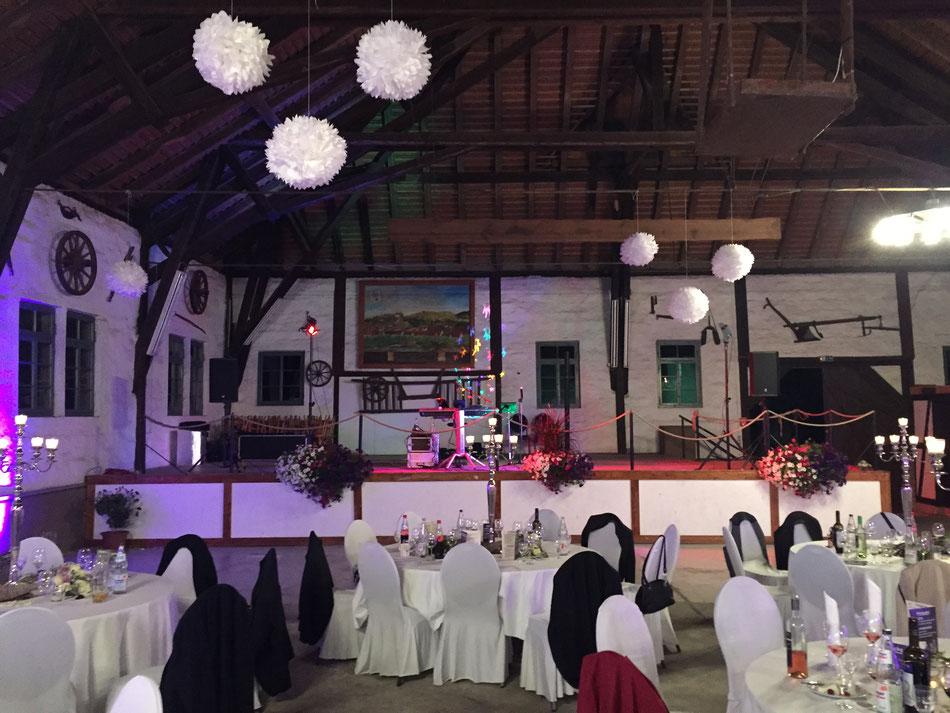 Als Hochzeitsduo mit Sängerin in einer Scheune bei Heilbronn
