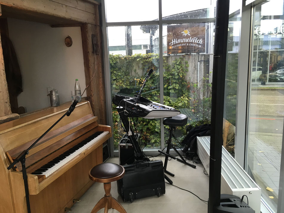 Hochzeitsmusiker, der Klavier spielen kann