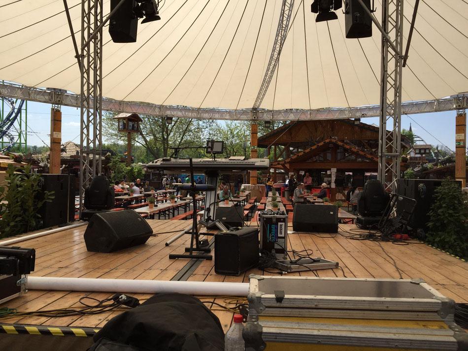 Warten mit der Band auf einen Auftritt auf dem Stuttgarter Frühlingsfest