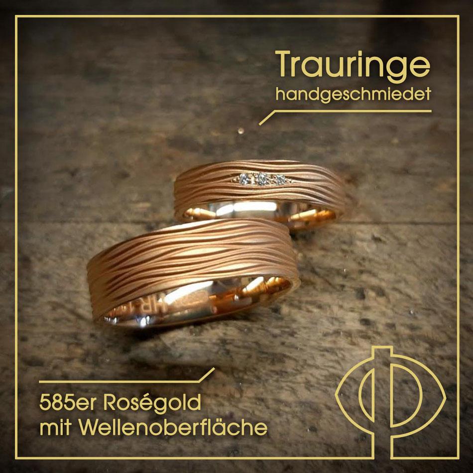 Hademade Trauringe aus 585er Roségold mit Wellenoberfläche – handgearbeitet in der Goldschmiede P. Oellerich in Bremerhaven
