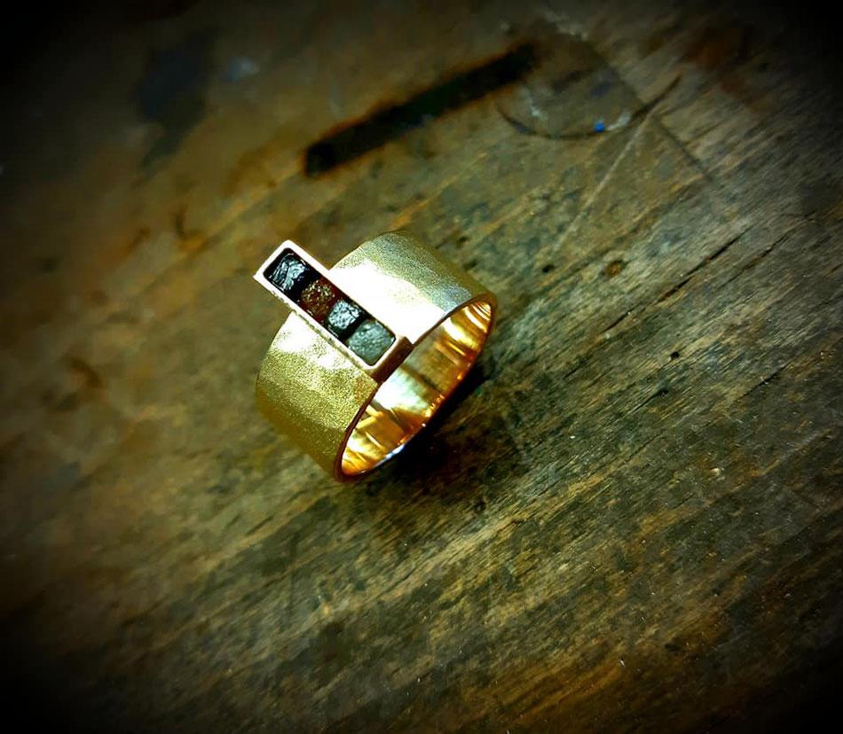 Edles Material in vollendet gestalteter Form, daran erkennt man die Arbeiten aus der Goldschmiede