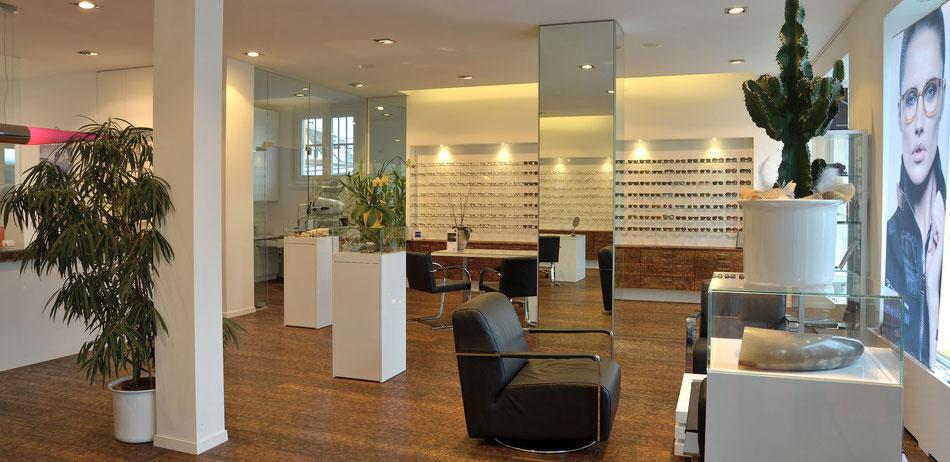 schöner Optiker mit tollen Brillen