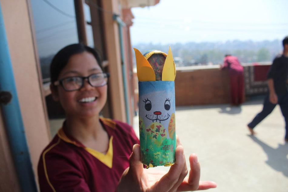 Malika mit ihrem selbst gebastelten Osterhase, an Ostern 2018