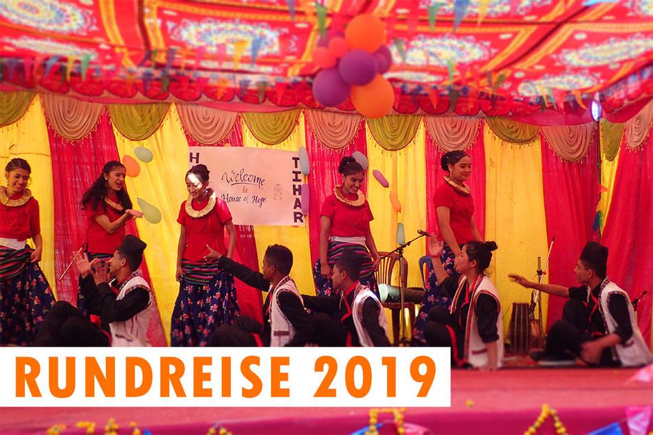 Tanzvorführung der größeren Kinder an Tihar. Text: Rundreise 2019