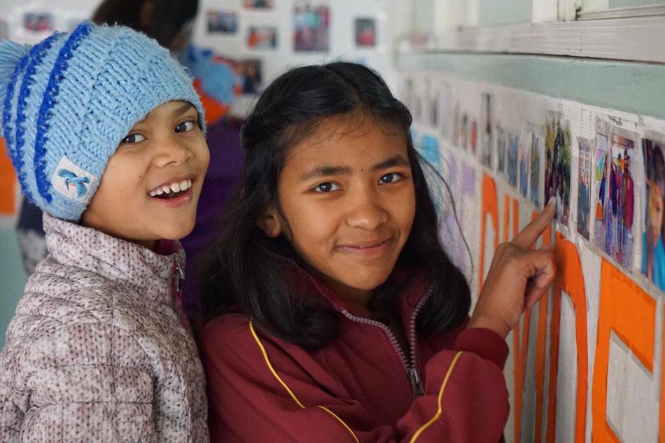 Juna und Sandhaya bestaunen die Bilderwand