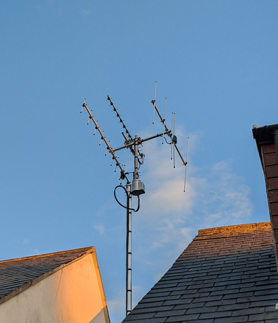 Tri-band AMSAt antenna array