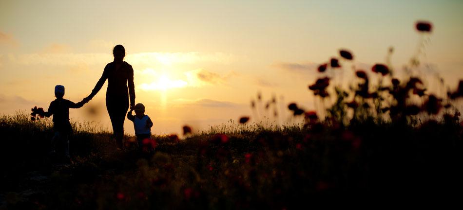 MamaMorphose, Kathrin Flörl-Korb, Mama mit zwei Kindern bei Sonnenuntergang, MamaCoaching, Persönlichkeitscoaching Stuttgart