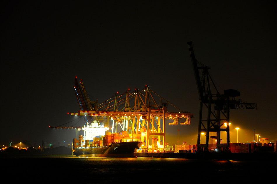 Tollerot Container Terminal Hamburger Hafen beim löschen der Ladung