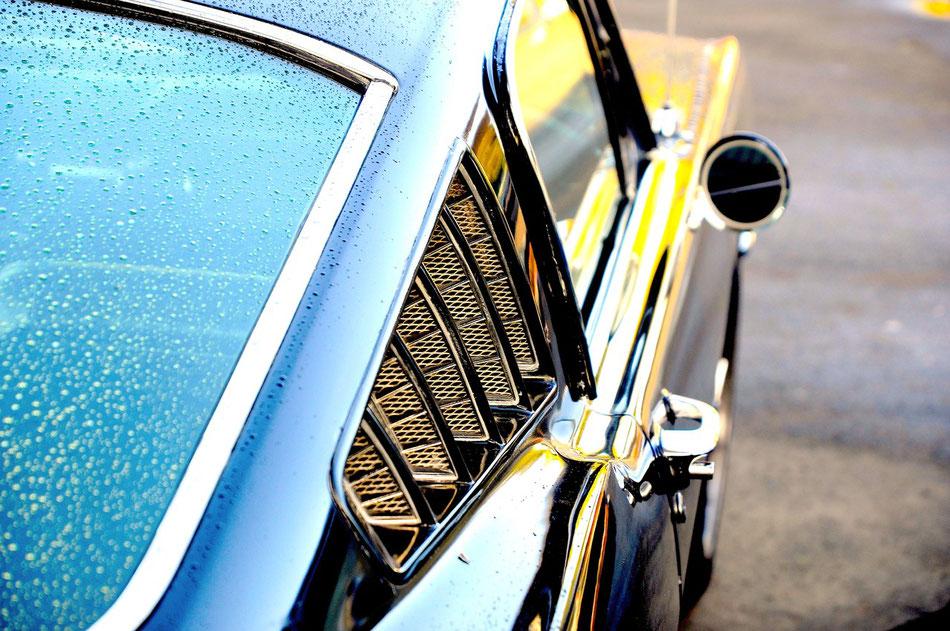 Ford Mustang bei der Oldtimertankstelle in Hamburg. Jeden Samstag und Sonntag treffen sich Oldtimer und Youngtimer an der Oldtimer-Tankstelle am Billhorner Röhrendamm 4.