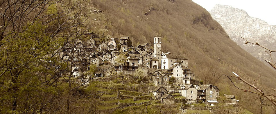 Tessin Valle Verzasca Bergdorf mit Rusticos