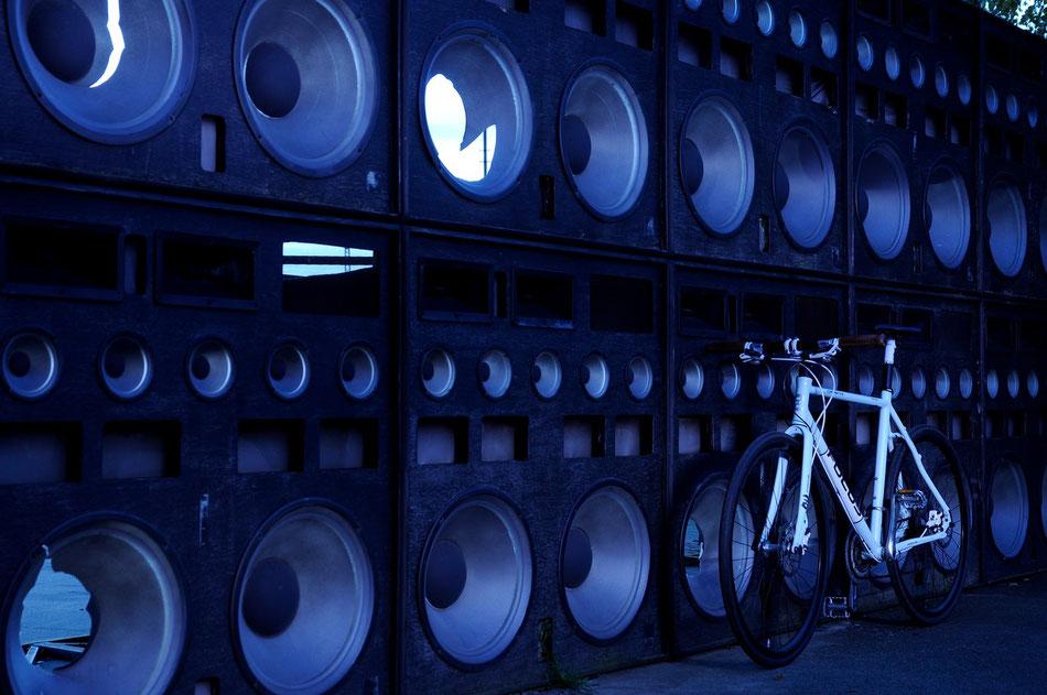 Wand aus Lautsprechern mit Focus Corrente Fitness Rad. Hamburg